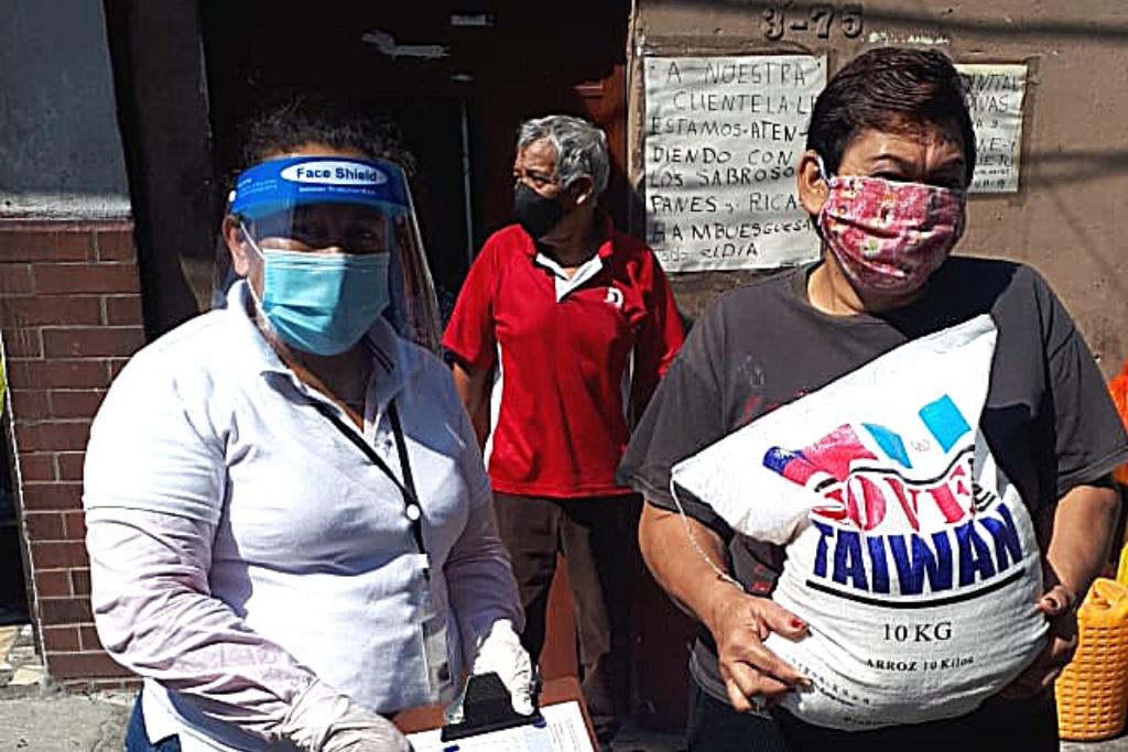 Vecinos de la zona 3 capitalina recibieron sacos de arroz.