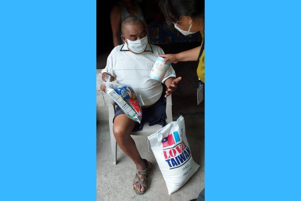 """Los adultos mayores que atiende el hogar """"La Misericordia"""" recibieron los kits de alimentos."""