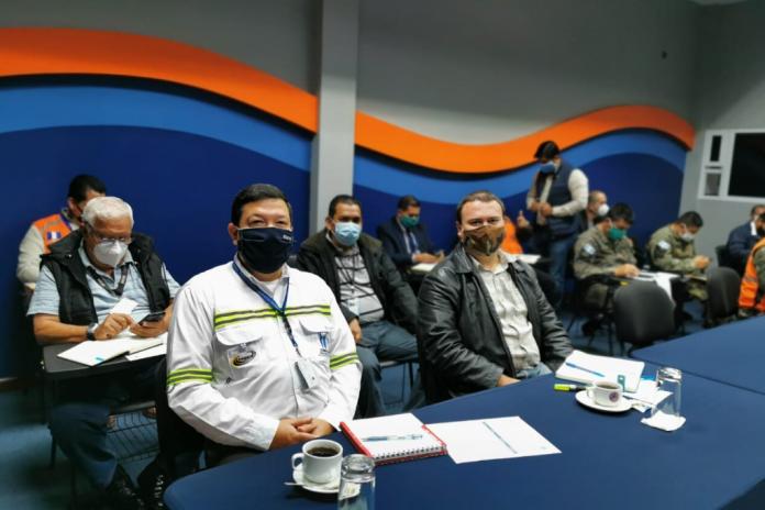 Luis Arturo Castañeda (der.), coordinador de la Unidad de Gestión de Riesgo de SOSEP, participó en la más reciente de reunión del sistema de CONRED para conocer el protocolo específico de lluvias del 2020.