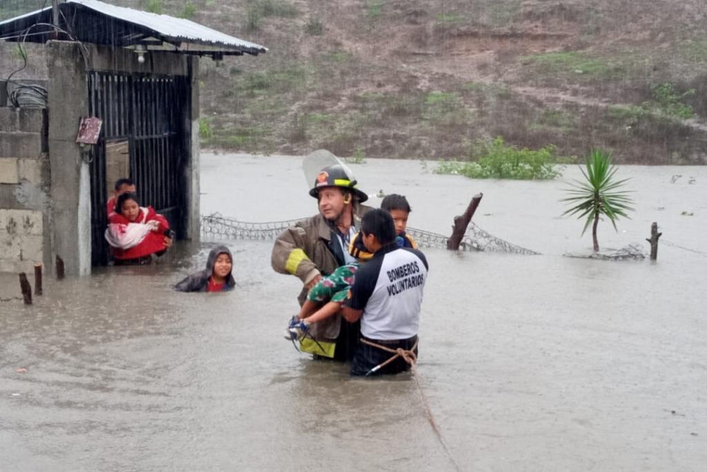 Bomberos rescatan a familias de las comunidades El Sitio, Vista Hermosa, Alcázar y la Quebrada Cola de Pato, Jalapa.