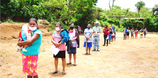 La entrega de alimentos beneficia a familias de escasos recursos en Jalapa.