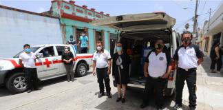 Representantes de la Dirección de Servicio Social entregan el donativo de cloro a Bomberos Voluntarios y Cruz Roja.