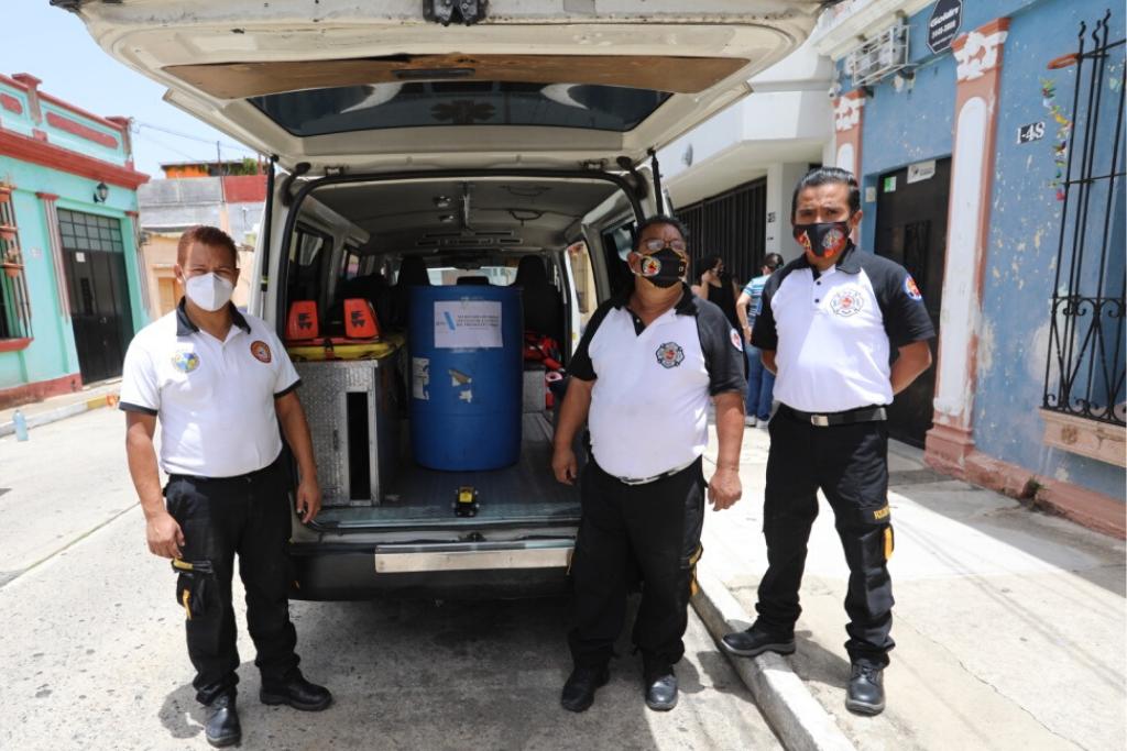 Miembros de los Bomberos Voluntarios (78 compañía) reciben el donativo de cloro.