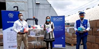 José Guillermo López (USAID), Gabriela Guzmán (SOSEP) y José Diego Cárdenas (OIM) durante la entrega del donativo.