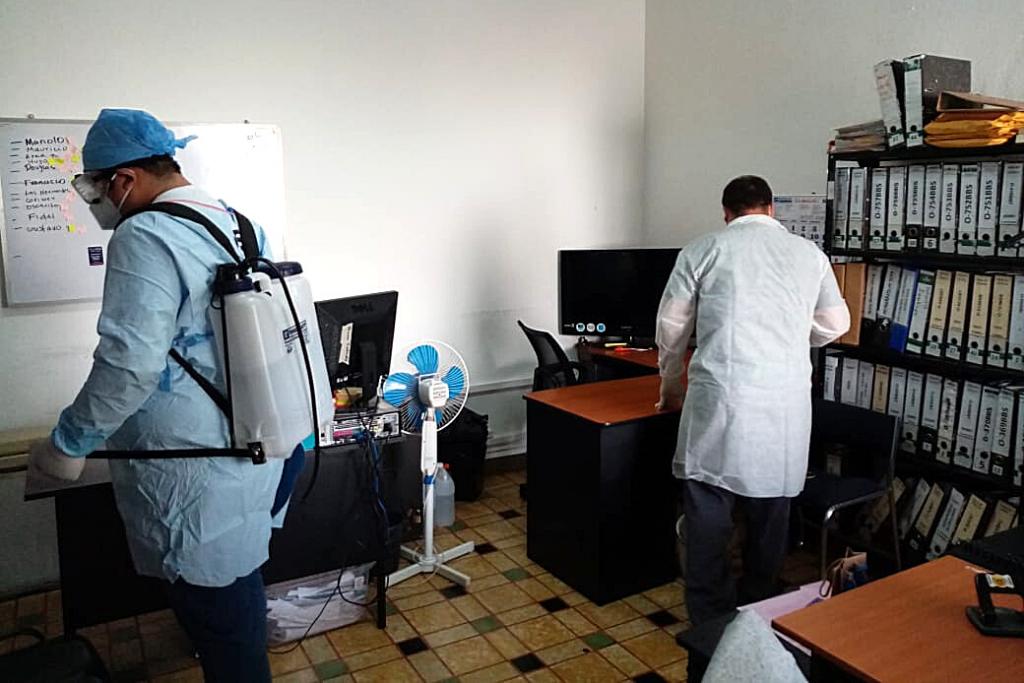 Personal de la Unidad de Gestión de Riesgos limpia y desinfecta las oficinas de SOSEP.
