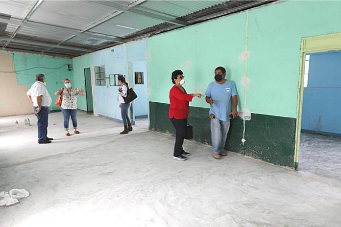 La seretaria Thelma Portillo supervisa el remozamiento a las instalaciones donde funcionará el centro del MAD y la sede departamental de SOSEP.