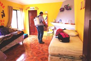 Personal de Riesgos limpia y desinfecta el centro de atención permanente den Santiago Sacatepéquez.