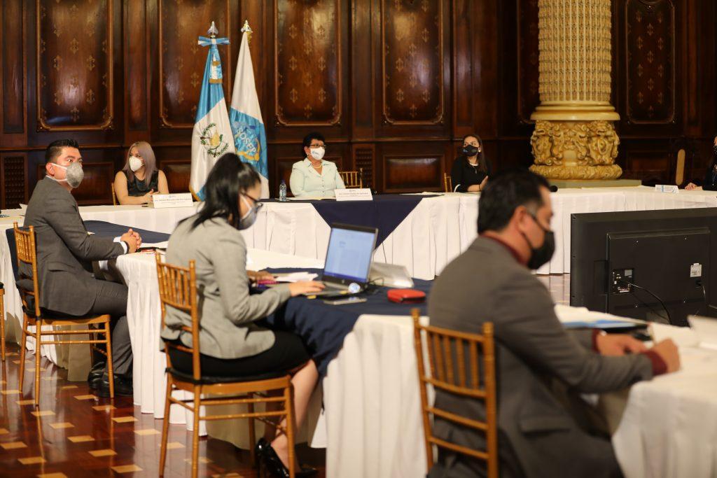 Miembros del Comité Nacional de Protección a la Vejez (CONAPROV) durante la primera reunión extraordinaria.