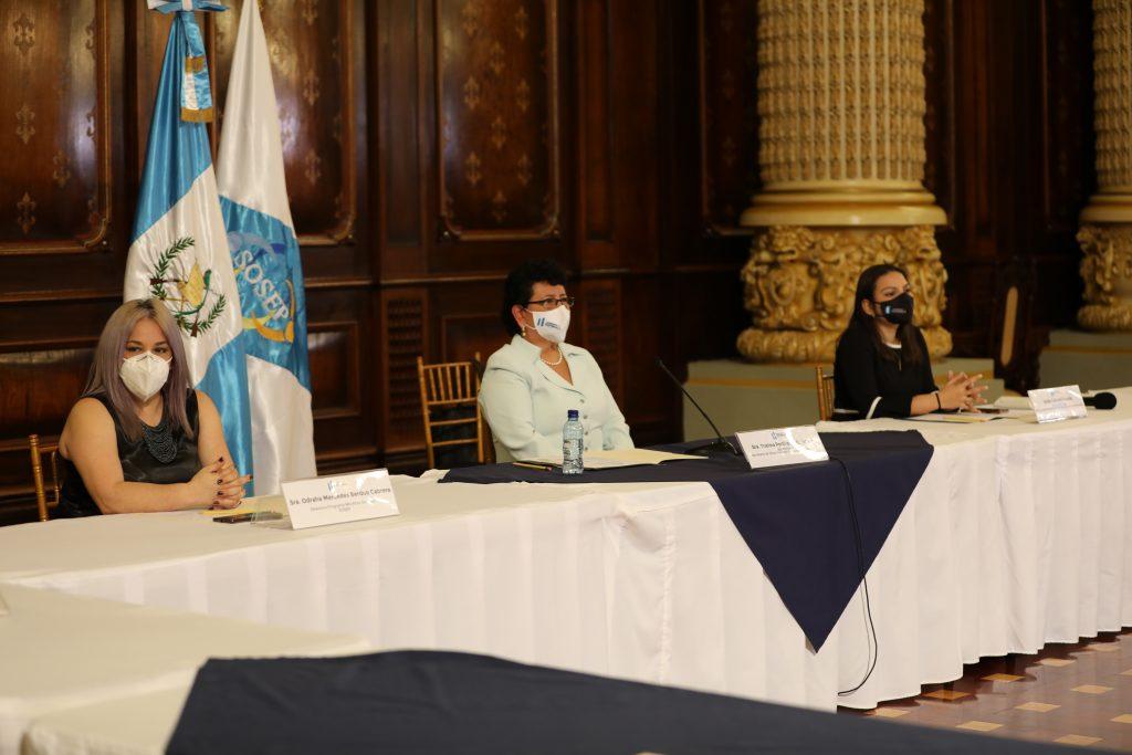 Mercedes Berdúo, directora de Mis Años Dorados; Thelma Portillo, secretaria de SOSEP y Gabriela Guzmán, subsecretaria.