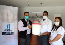Hugo Mellado, encargado de donaciones de SOSEP, Luis Coroy y Angie Muñoz de la empresa Calvbrunnen.