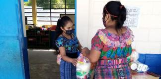 El Programa Hogares Comunitarios realiza entrega de alimentos a madres y padres de niños beneficiarios.