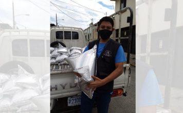Personal de la Asociación Casa del Alfarero recibe la donación de puré de banano, coordinada por la SOSEP.
