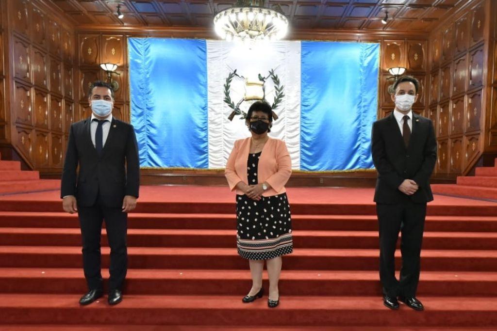 Pablo Blanco, viceministro de previsión social, Thelma Portillo, secretaria de SOSEP, y Juan Pablo González, viceministro de protección social.