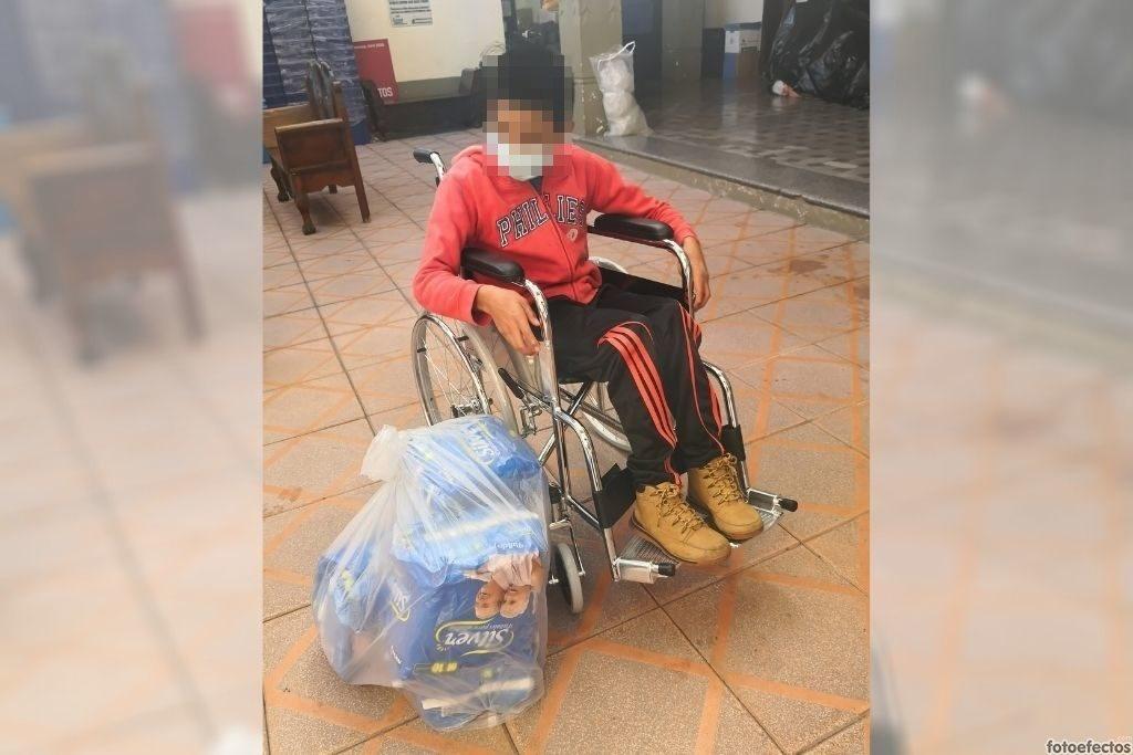 Entrega de silla de ruedas y pañales desechables a niño con ceguera total y retraso psicomotor