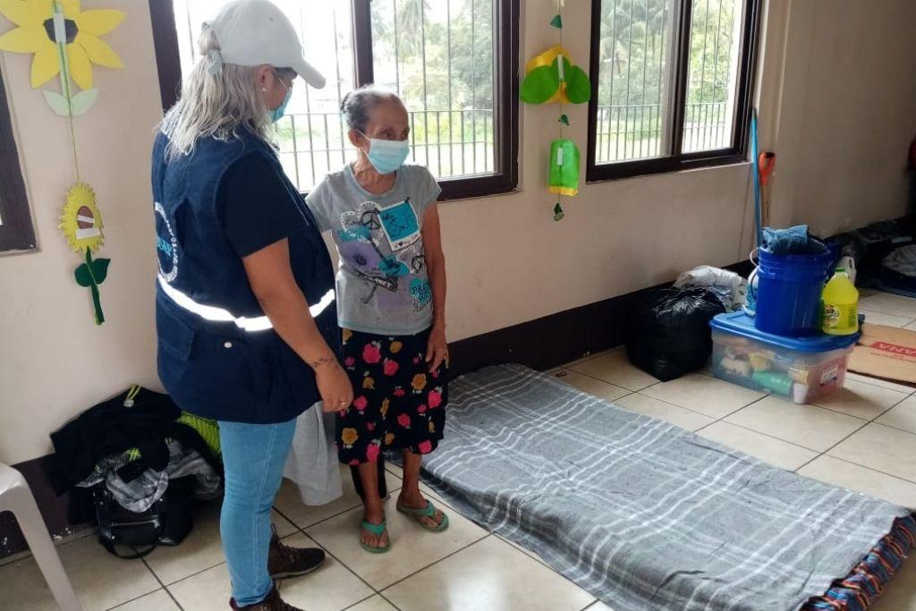 Personal de SOSEP gestiona colchonetas para adultos mayores que permanecen en albergues.