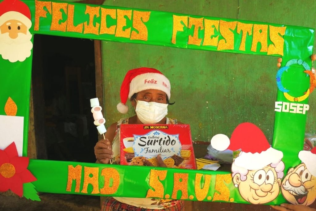 Entrega de alimentos a adultos mayores y celebración navideña